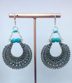 Boucles d'oreilles pendantes bohème métal argenté et perles turquoises : Boucles d'oreille par manava-creation