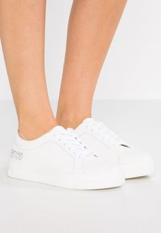 Pin on Białe buty evergreen na wiosnę i lato