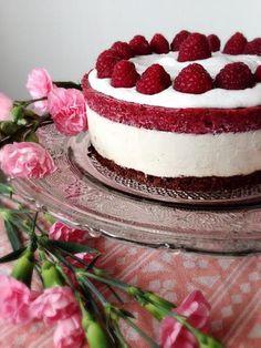 Valentinuksen rakkauskakku  Vaaleanpunaista, suklaista, kukkia. Yhteistä aikaa. Musiikkia ja taiteita.Raakakakku. Lämpimän suklainen pohja, kermainen makea täyte ja päällä raikasta marjaa. Värit. Kerrokset. Hyvä fiilis. Jakaminen. Puhtaat raaka-aineet.