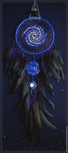 A dream catcher is originated from the American Indian Tribe. Dream Catchers are intended to protect people who are sleeping from bad dreams while still… Los Dreamcatchers, Mundo Hippie, Dream Catcher Mobile, Blue Dream Catcher, Beautiful Dream Catchers, Easy Homemade Gifts, Diy And Crafts, Arts And Crafts, Bild Tattoos