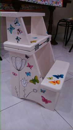 Escalera banqueta. Pintada a mano,  con decoupage. Mariposa colorida New Furniture, Painted Furniture, Hand Painted Stools, Classroom Projects, Step By Step Painting, Chalk Paint, Wood Projects, Toy Chest, Decoupage