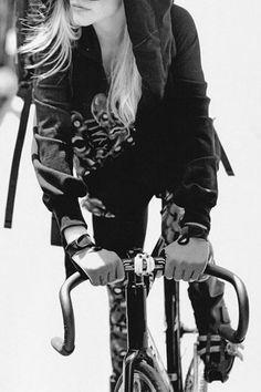 Girl on a fixie. It's a good thing. Especially when it's not a girl bike. Urban Cycling, Fixed Gear Bike, Cycle Chic, Bicycle Girl, Bike Style, Bike Art, Cycling Bikes, Bike Life, Cool Bikes