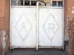 Cacería Tipográfica N° 401: Iniciales AR en la entrada de una casa en la avenida Lima, Vallecito, Cercado de Arequipa.