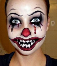 Looking for for inspiration for your Halloween make-up? Navigate here for creepy Halloween makeup looks. Maquillage Halloween Clown, Creepy Halloween Makeup, Halloween Makeup Looks, Up Halloween, Facepaint Halloween, Halloween Series, Halloween Painting, Halloween Recipe, Halloween Games