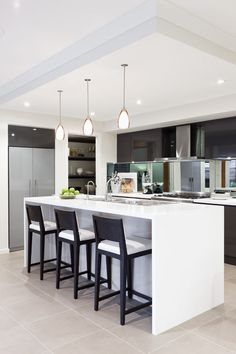 Love this kitchen with mirror backsplash - even the same shape as my future kitchen! Bar krukken zijn mooi