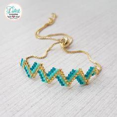 ¡Pulsera Zig-Zag Turquesa! . . . ❤️🎁 Regala algo diferente, tejido y hecho a mano.... #elmejoregalo🎁❤️ . . . #accesoriosdart… Woven Bracelets, Brick Stitch, Bracelet Patterns, Bead Art, Bead Weaving, Perler Beads, Zig Zag, Drop Earrings, Handmade