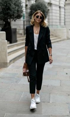 Like a Girl Boss 10 Looks Com Blazer Tênis looks com tênis e blazer looks com blazer looks com blazer e tenis looks com blazer look com blazer e tenis looks com tenis blazer blazer e tenis look tenis blazer look blazer tenis Sneakers To Work, How To Wear Sneakers, Business Casual Sneakers, Suits With Sneakers, Outfit With White Sneakers, Sneakers Workout, Business Outfits, Fashion With Sneakers, All Black Business Casual Outfits