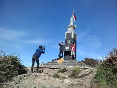 Hargo Dumilah. Puncak tertinggi di Gunung Lawu ditandai dengan sebuah monumen