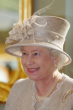 Queen Elizabeth Ii & The Duke Of Edinburgh Visit The Baltic States.State Lunch At The House Of The Blackheads In Riga, Latvia, October Die Queen, Hm The Queen, Royal Queen, Her Majesty The Queen, Fascinator Wedding, Palais De Buckingham, Highland Games, British Royal Families, Isabel Ii