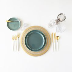 our 24karat #renaissancegold presentation plate seafoam Russell Wright dinnerware and #whiteandgold flatware by borrowedblu