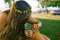 Casual Boho daisy chain flower crown hair ideas Toni Kami ⊱✿Flowers in her hair✿⊰ Flower Braids, Flower Crowns, Flower Headbands, Hair Flowers, Flower Headpiece, Sunflower Headband, Estilo Hippie, Hippie Love, Hippie Hair