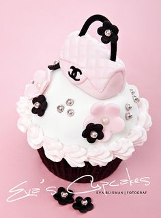 Cupcake Monday! The Pink and Black Edition - the most fashionable cup cake I have ever seen. Yum yum