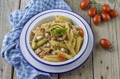 La pasta alla siciliana è un primo piatto che unisce il gusto del tonno e ad un pesto di melanzane e mandorle: ecco la ricetta.