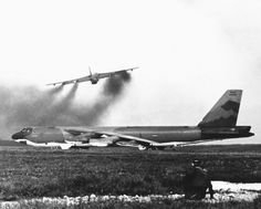 Impressive photos show bombers taking part in Operation Linebacker II, the Christmas bombings over North Vietnam which took place 45 years ago Strategic Air Command, B 52 Stratofortress, Vietnam War Photos, North Vietnam, History Online, Battle Of Britain, Truck Design, Us Air Force, Military History