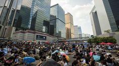HONGKONGIN MIELENOSOITUKSET Hongkongissa mielenosoittajat ovat vallanneet kadut. Miten kauan pääosin opiskelijoista koostuvat mielenosoittajat ovat valmiita protestoimaan? Mielenosoitusten taustalla ovat hallintojohtajan vaalit 2017, hongkongilaisten vahvistunut identiteettikäsitys sekä isänmaallisen eli Kiinan keskushallintoa myötäilevän kasvatuksen ujuttaminen kouluihin.  Haastateltavina mielenosoittaja ja opiskelija Waiho Wu, Upin tutkija Jyrki Kallio ja hongkongilaisjuurinen Kaki Lau.