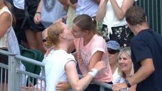 Η Βελγίδα τενίστρια Αλισον Φαν Ούιτβανκ αποκάλυψε τον Μάρτιο ότι είναι gay και ύστερα από τις νίκες κόντρα στις Μουγκουρούθα και Κόνταβ...