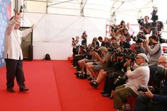 Koji Wakamatsu devant les photographes à la Mostra de Venise