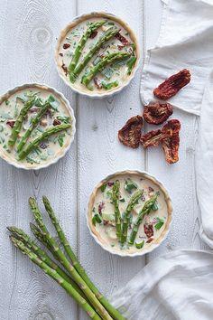 Vegan, gesund und verdammt fotogen, diese Quiche mit grünem Spargel, Bärlauch, Frühlingszwiebeln und getrockneten Tomaten vereint alles. Sie ist einfach und schnell zuzubereiten und beeindruckt auch die kritischsten Gäste!