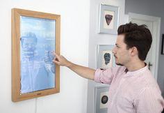 Spiegel und Computer in einem: Haare frisieren und Nachrichten abrufen. Der digitale Windows 10 Farb-Touchscreen wurde auf der IFA 2016 vorgestellt.