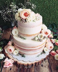 Vanilla salted caramel floral naked cake #vanilla#saltedcaramel#floralcake#rustic#romantic#nakedcake#foodphotography#beautifulcuisines#beautiful#food52#f52grams#bahrain#instacake#instabake#bahrain#malakallen#weedingcake#bridalshower#hautecuisines#gardenrose#waxflower#rose