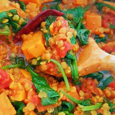 Op zoek naar een lekkere en simpele curry met linzen? Maak dan deze vegetarische rode linzen curry met zoete aardappelen en spinazie!