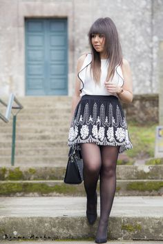 BLACK&WHITE - la huella de mis tacones Pantyhose Outfits, Black Pantyhose, Black Tights, Nylons, Cute Skirt Outfits, Curvy Outfits, Cute Skirts, Fashion Tights, Tights Outfit