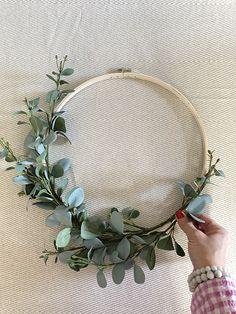 Five-Minute Floral Hoop Wreath! - Five-Minute Floral Hoop Wreath! Five-Minute Floral Hoop Wreath! Fleurs Diy, Eucalyptus Wreath, Floral Hoops, Diy Wreath, Diy Wedding Wreath, Diy Spring Wreath, Boxwood Wreath, Wreath Making, Farmhouse Decor