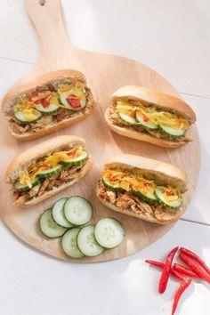 Dit Surinaamse broodje hete kip is lekker pittig van smaak en combineert perfect met de frisse atjar. Een heerlijke en simpele lunch of tussendoortje.