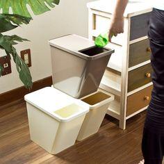 4月中旬頃入荷の予約販売となります。入荷日は前後する場合がございますので予めご了承下さい。   -->                     解説 「ゴミの分別はしたいけど、大きなごみ箱を置くスペースがない」そんな時におすすめなのが、コンパクトで場所をとらない「kcud スタックボックス」です。  寸法約幅17.6×奥行33.3×高さ26.3cm 重量約1kg 容量約10リットル 材質本体/ABS樹脂 袋止め/鉄 ※本体に多少むらがありますが、不良品ではありません。     -->