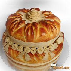 Recept za Svečanu pogaču na sprat. Za spremanje pogače neophodno je pripremiti brašno, mleko, kvasac, šećer, so, margarin, žumanca.