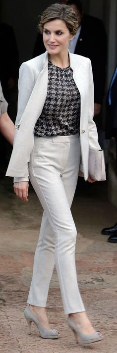 Queen Letizia of Spain and King Felipe of Spain Lady Like, Office Fashion, Work Fashion, Fashion Outfits, Business Outfits, Business Fashion, Casual Chique, Queen Outfit, Beautiful Suit