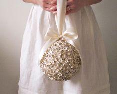 Une boule de fleurs ... en papier à la place de votre bouquet ? #mariage #wedding