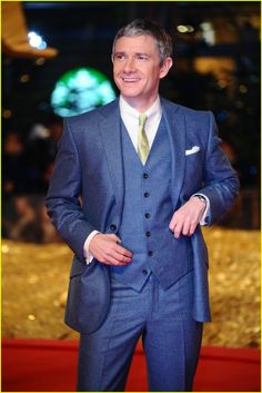 His smile, his hands... is he tucking the Ring in his pocket? 'Hobbit' Berlin Premiere!