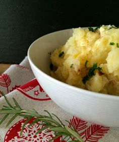 Vegan christmas dishes - Garlic Mashed Potatoes by www.littlegreenkettle.com