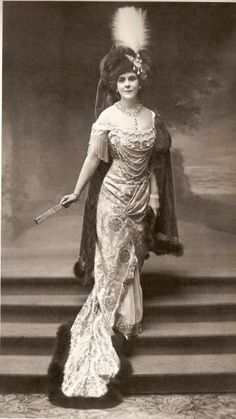 Princess Paley in House of Worth gown 1912 Princess Olga Valerianovna Paley (Ольга Валериановна Палей) December November was the second wife of Grand Duke Paul Alexandrovich of Russia. Belle Epoque, Edwardian Fashion, Vintage Fashion, Edwardian Style, Princesa Alexandra, Rue Saint Honoré, House Of Worth, Parisienne Chic, Russian Revolution