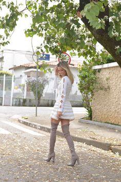 Nati Vozza do Blog de Moda Glam4You usa vestido de tricot e bota over the knee clara na dica de look de hoje.