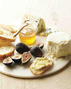Tabua de queijos com ervas, mel e frutas