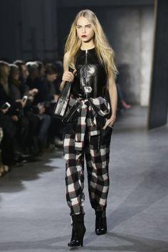 O xadrez amarrado na cintura é um ícone dos anos 90 que foi aproveitado de uma maneira moderna, combinado com top de couro e calça na mesma estampa para o Inverno 2015 da grife 3. 1 Phillip Lim, na Semana de Moda de Nova York