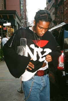 Low Culture: Wallet chains was a fashion trend that started among bikers. Seen in this pictures is Asap Rocky, who is from Harlem, wearing a wallet chain. Asap Rocky Outfits, Asap Rocky Fashion, Lord Pretty Flacko, Parisian Girl, Style Masculin, Dior, A$ap Rocky, Casual Outfits, Fashion Outfits