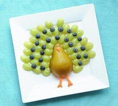 Павлин из фруктов