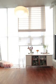 一面をガラス張りに。カーテン以外の部分は、家の中が見えないシートを張っている。