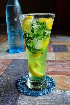 普通のモヒートに飽きたらこの組み合わせにチャレンジ!レモン好きにもパクチー好きにもたまらないラムベースの飲みやすいカクテルです。レモンが多く含むクエン酸は、胃の粘膜を守り、消化吸収を助ける働きもあるのでちょっと食べ過ぎてもセーフかな?レモンは食前酒にももってこいの優等生食材。食事も会話もすすみそうですね!