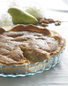 En herlig pæretærte, der serveres med lidt creme fraiche eller flødeskum