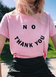 These Pink T-shirts Street Styles Ideas for you to inspire. T-shirts are one of the clothes that must be in every woman's closet. Women Slogan, T Shirts For Women, Hippie Chic, Hippie Style, Shirt Designs, Estilo Grunge, After Life, Grunge Style, Grunge Fashion
