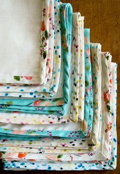 serviettes blanches à bord fleuri