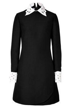 Черное платье с белым воротником и манжетами на вечеринку