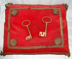 stadssleutels van  Zaltbommel op een rood met goudgalon versierd kussen. Textiel. 1795