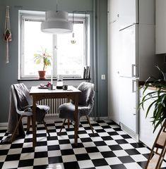 Δάπεδο μαύρου και λευκού χρώματος στην κουζίνα, φωτεινή κουζίνα.