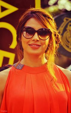 Bipasha Basu Bollywood Celebrities, Bollywood Actress, Bb Style, Celebrity Sunglasses, Bollywood Stars, Hairstyles With Bangs, Indian Beauty, Indian Actresses, Movie Stars