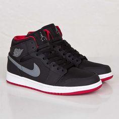 Jordan 1 Black, Jordan 1 Mid, Air Jordan, Mens Fashion Shoes, Sneakers Fashion, Sneakers Nike, Streetwear Online, Kids Jordans, Shoe Art